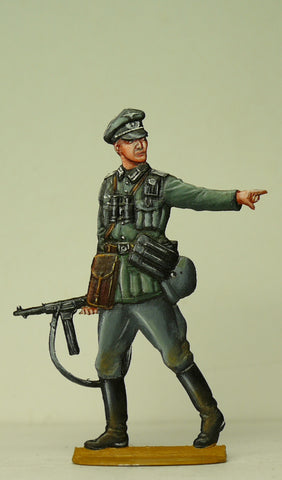 Officer with Schmeisser (MP/40), pointing