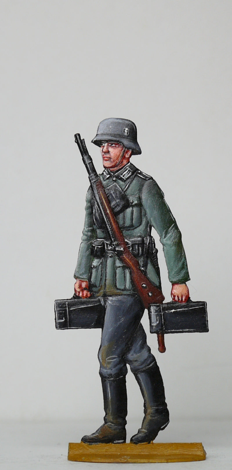 Soldier carrying ammo boxes - Glorious Empires-Historical Miniatures
