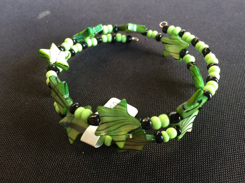 Memory Wire Green Glass Star Bracelet (B365)