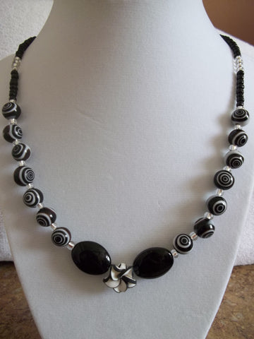 Black/White Glass Beads w/Flower Necklace (N587)