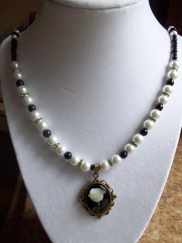 White Pearl Green Bling Black Glass Beads Bronze White Rose Pendant Necklace (N912)