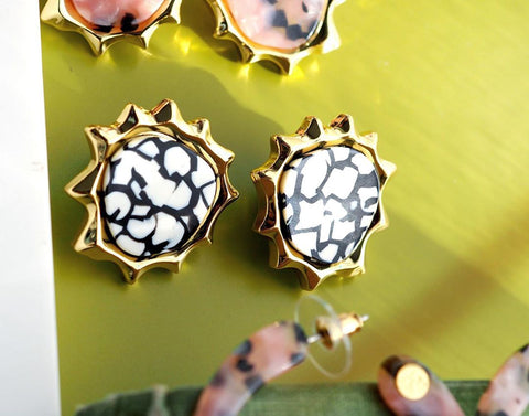 N2 - AJSP104/1 WHITE AND BLACK SUN SHAPE STUD EARRINGS