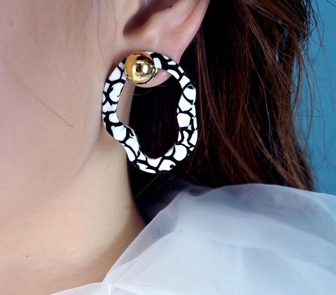 N2 - AJSP103/1 WHITE AND BLACK STUD DROP EARRINGS