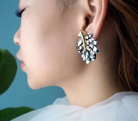 N2 - AJSP108/1 WHITE AND BLACK PALM LEAF STUD EARRINGS