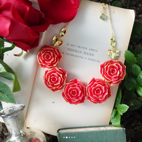 N2 - AIBE317 MULTI RED ROSES DICKEY NECKLACE