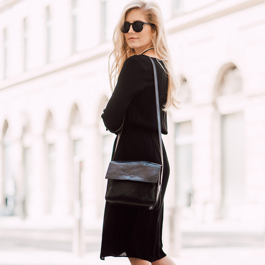 5 ways how Ajda Sitar style our black crossbody bag