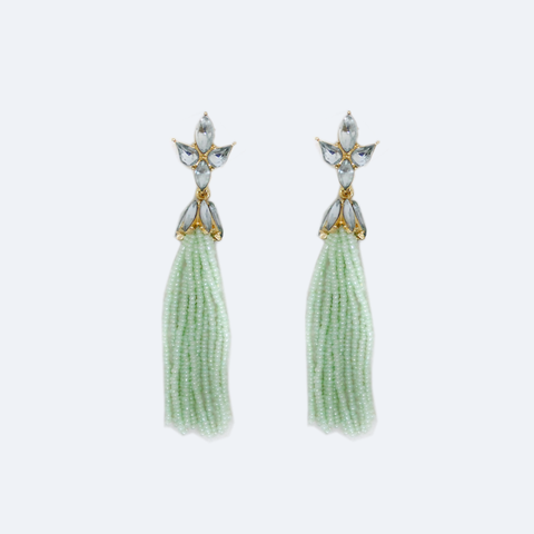 Precio exclusivo online, aretes largos de barbitas de chaquira color menta. LE1033GDMINT