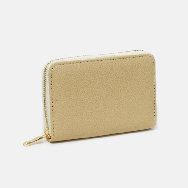 Cartera color beige mate con cierre dorado.
