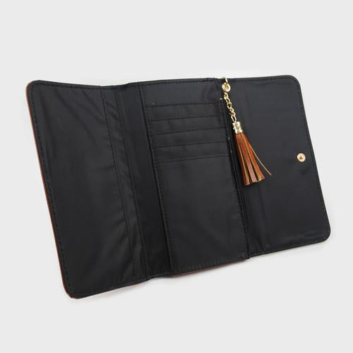 Cartera marrón con broche de presión