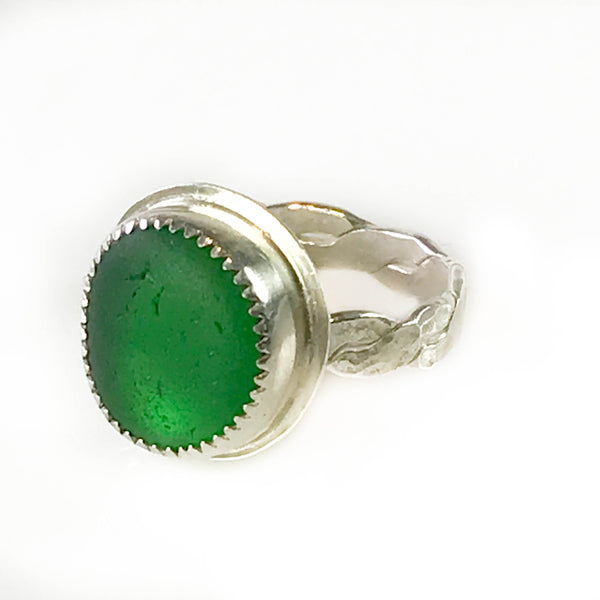 KELLY GREEN RING ON BRAIDED BAND WITH SERRATED BEZEL