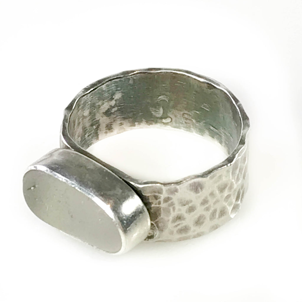 WHITE OBLONG RING ON HAMMERED BAND