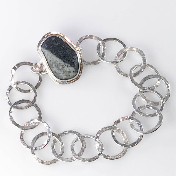 HAMMERED CHAIN BRACELET WITH HIDDEN CLASP UNDER BEACH STONE
