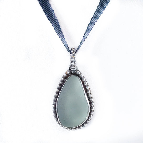 SEAFOAM PENDANT WITH BEADED SURROUND NECKLACE/CHOKER