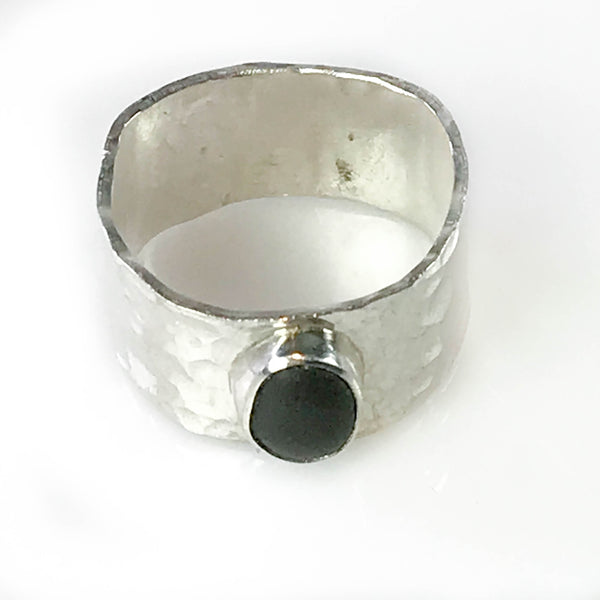 MAPLE BAY STONE RING WITH HAMMERED BAND