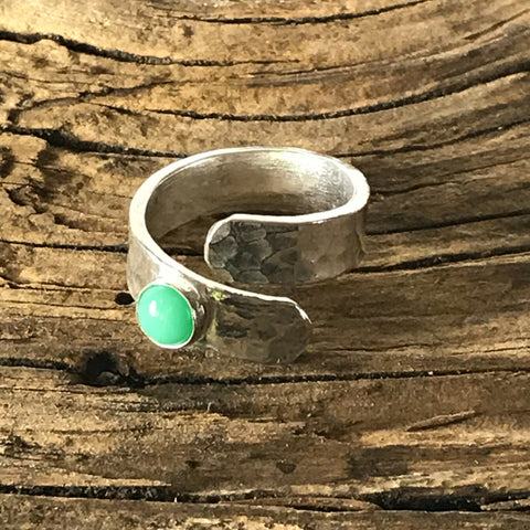 STERLING SILVER HAMMERED RING WITH CHRYSOPASE