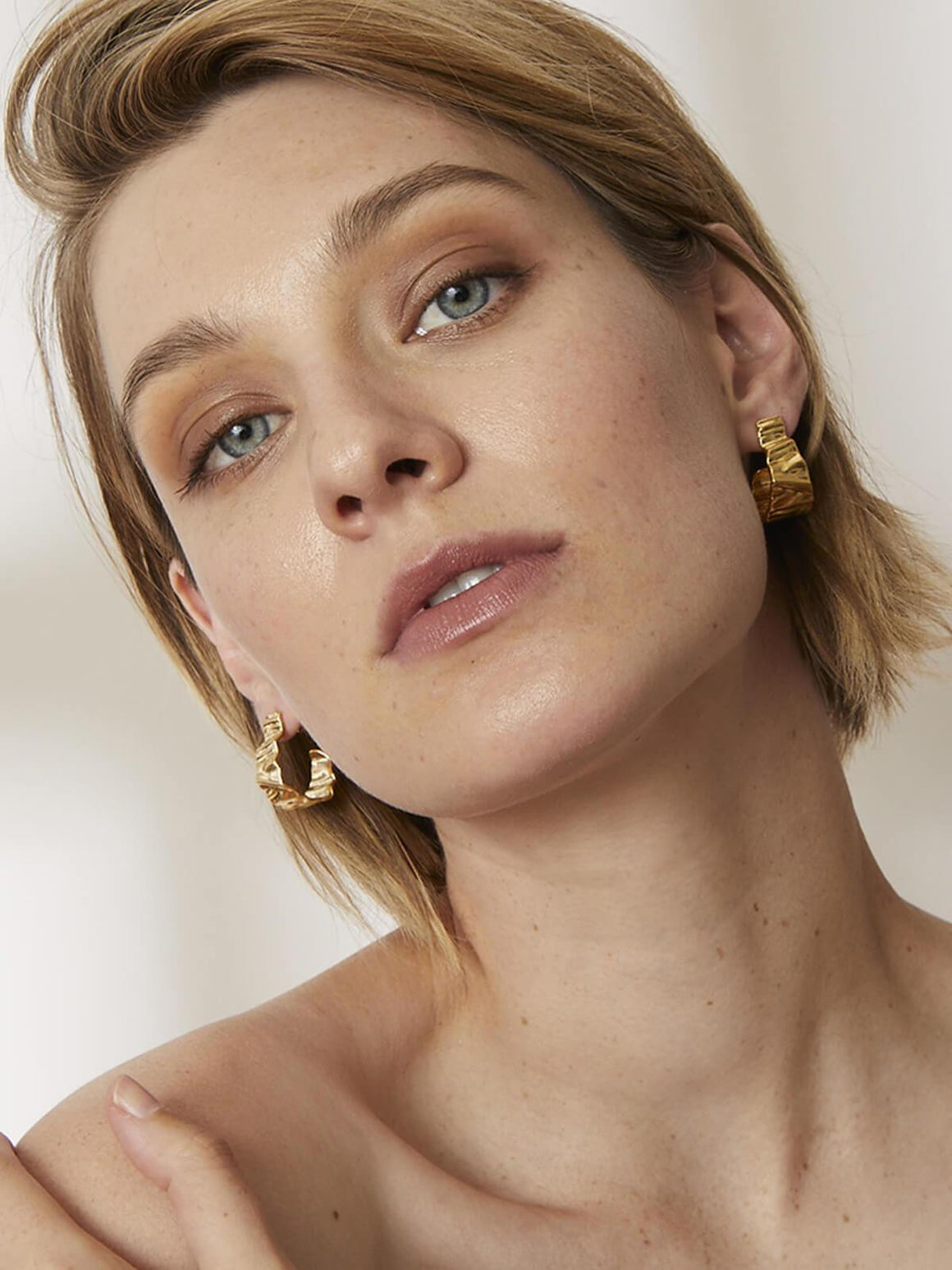 Jolie & Deen | Crinkle Hoops Earrings Gold | Perlu