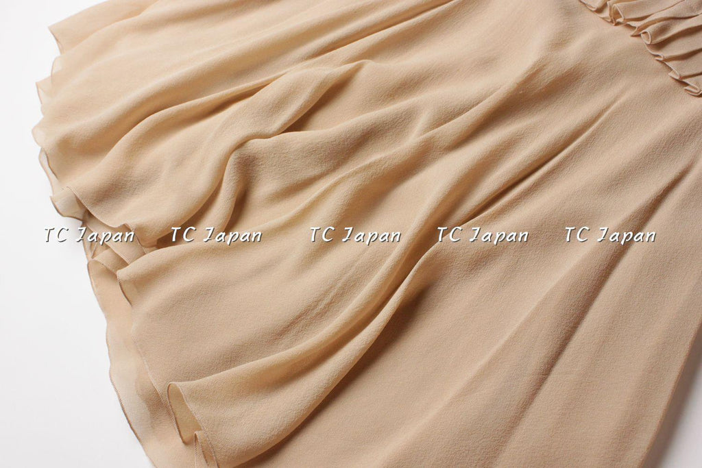 CHANEL 02S Beige Silk Dress with pleated sleeves bodice detail 40 シャネル ベージュ・シルク・ワンピース - シャネル TC JAPAN