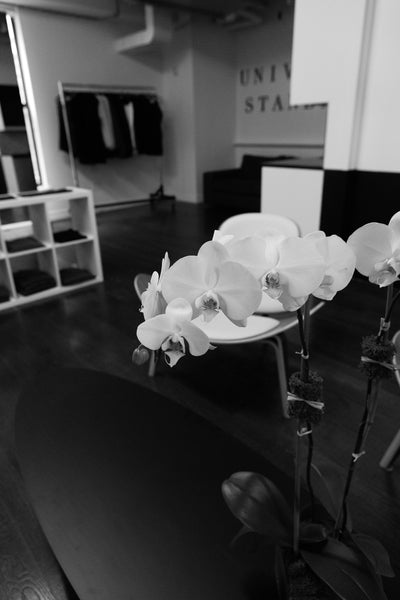universal-standard-showroom-nyc-flower-entrance