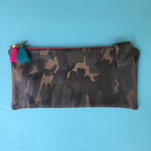 Camo half clutch/red zip