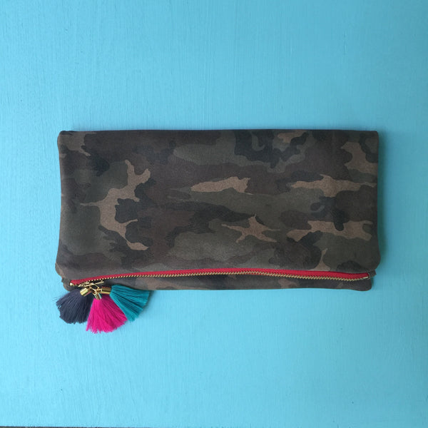 Camo clutch/red zip