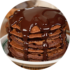 Clean Protein Pancakes Double Chocolate Chip mit Schokosauce