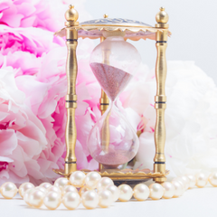 Sand timer with pink flowers and pearls