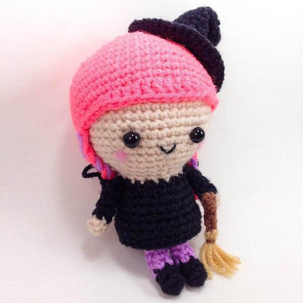 halloween crochet pattern - Flo the witch side view