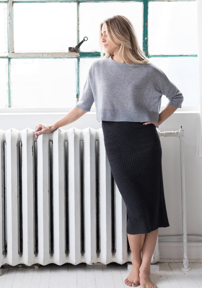 Cropped - Short Cashmere Sweater with Ribbing in Light Grey
