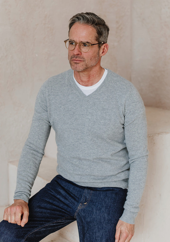 MEN'S CASHMERE V-NECK - LIGHT GREY