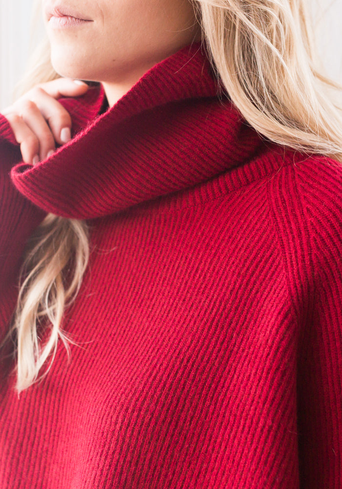 BOYFRIEND RIBBED CROPPED COWL -WARM RED