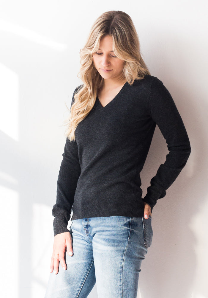 FITTED WOMENS CASHMERE V-NECK - CHARCOAL