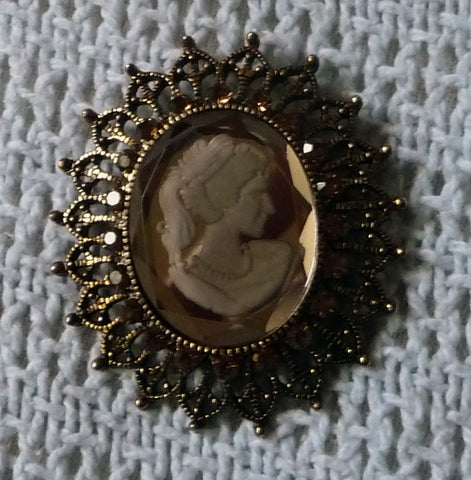 Great glass cameo victorian style brooch