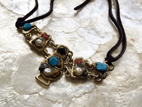 Choker or necklace of semiprecious tones leather ties