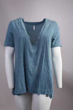 V-neck tee (plus size)