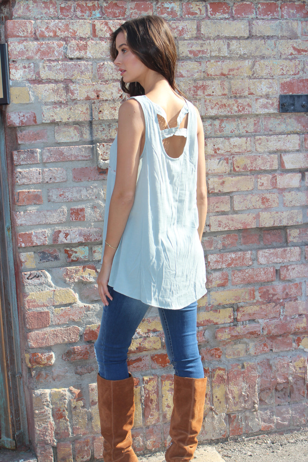 Sleeveless Wide Hem Embroider Top
