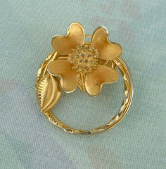 Dogwood Circle Pin Mace Center Goldtone Floral Vintage Jewelry