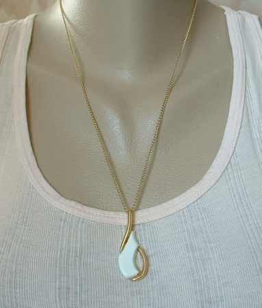 Sarah Coventry REGENCY 1981 Modernist Style White Pendant Necklace