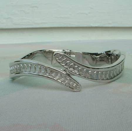 MONET Wavy Bypass Bracelet Clam Shell Pattern Vintage Jewelry