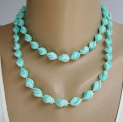 Sarah Coventry HOLIDAY 1974 Green Twisted Bead Necklace