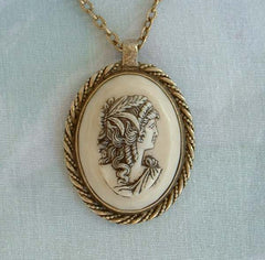 Sarah Coventry Scrimshaw-Like Cameo Pendant Necklace 1970s Vintage Jewelry