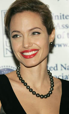 angelina-jolie-in-tahitian-pearls