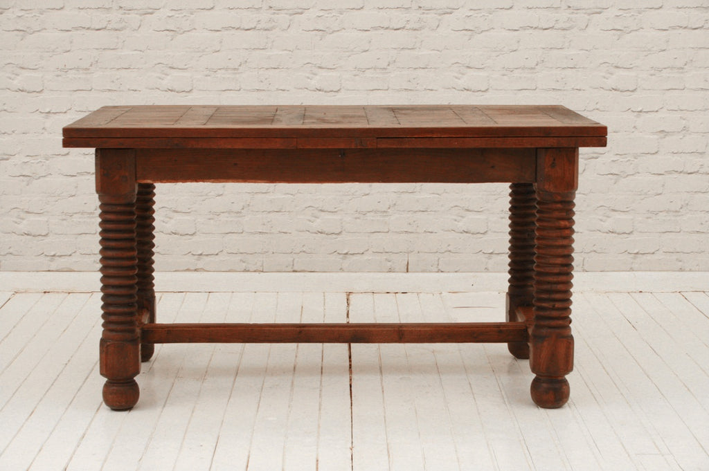 A Victorian draw-leaf dining room table