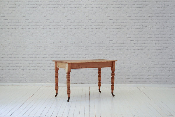 A Victorian pine farmhouse table / Kitchen table