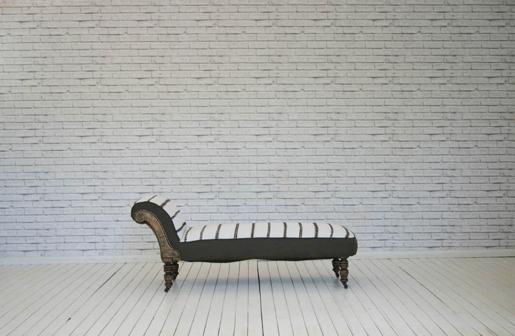 A Victorian chaise lounge on turned legs