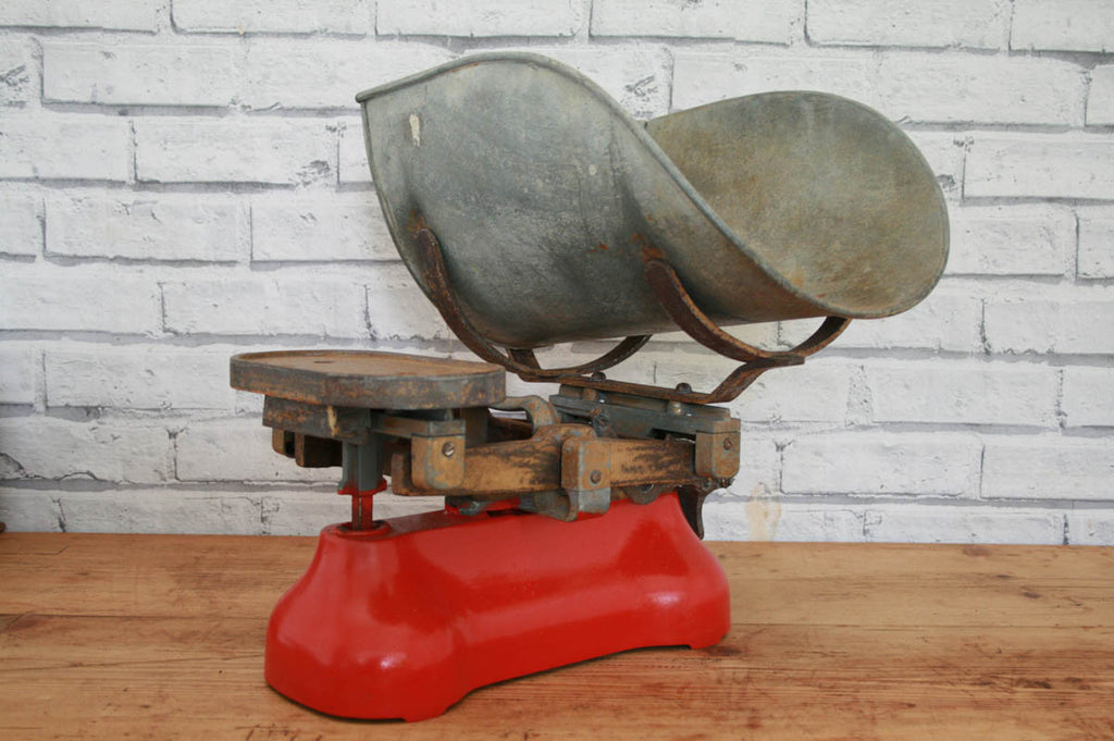 A vintage cast iron kitchen weighing scale