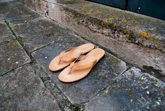Men flip flops in natural brown
