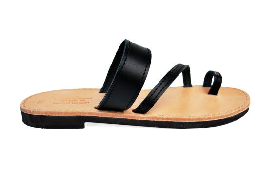 "Toe ring ""Eleni"" sandals in black"