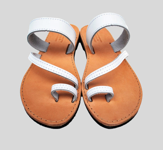 "Toe ring ""Eleni"" sandals in white"