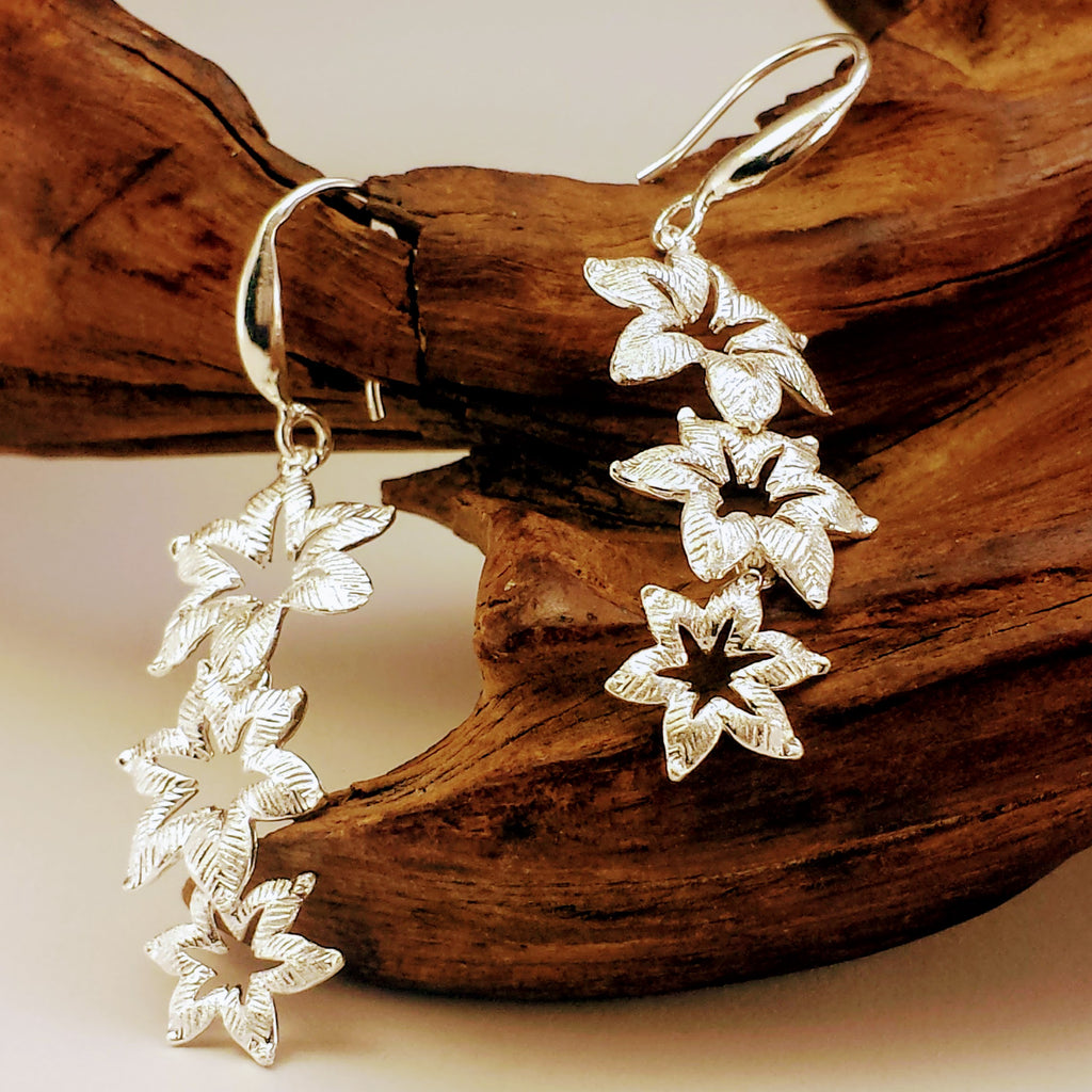 Dangling Textured Three Flowers Earrings