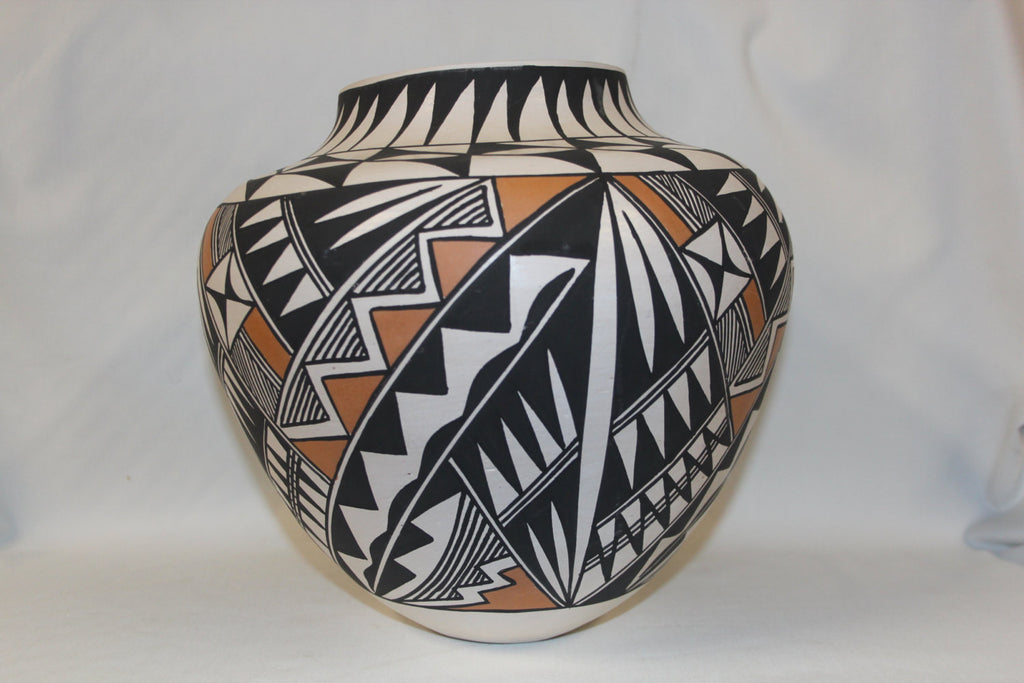 Acoma Pottery : Beautiful Native American Acoma Pottery Jar, signed B.D. Garcia #124